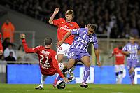 FOOTBALL - FRENCH CHAMPIONSHIP 2010/2011 - L1 - TOULOUSE FC v PARIS SAINT GERMAIN - 16/10/2010 - PHOTO JEAN MARIE HERVIO / DPPI - DANIEL BRAATEN (TFC) / SYLVAIN ARMAND / CLEMENT CHANTOME (PSG)