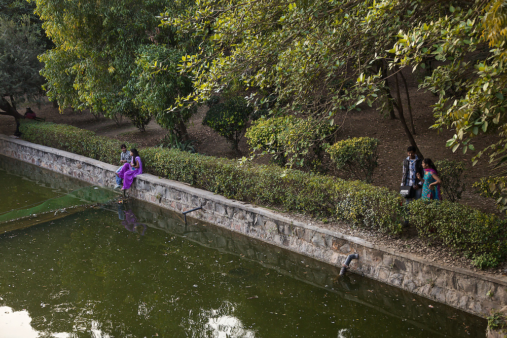 New Delhi. One of the several parks of Delhi, where couples are in the habit of taking refuge to find a bit of intimacy. In the rest of the city it is strictly forbidden to exchange even simple displays of affection in public.