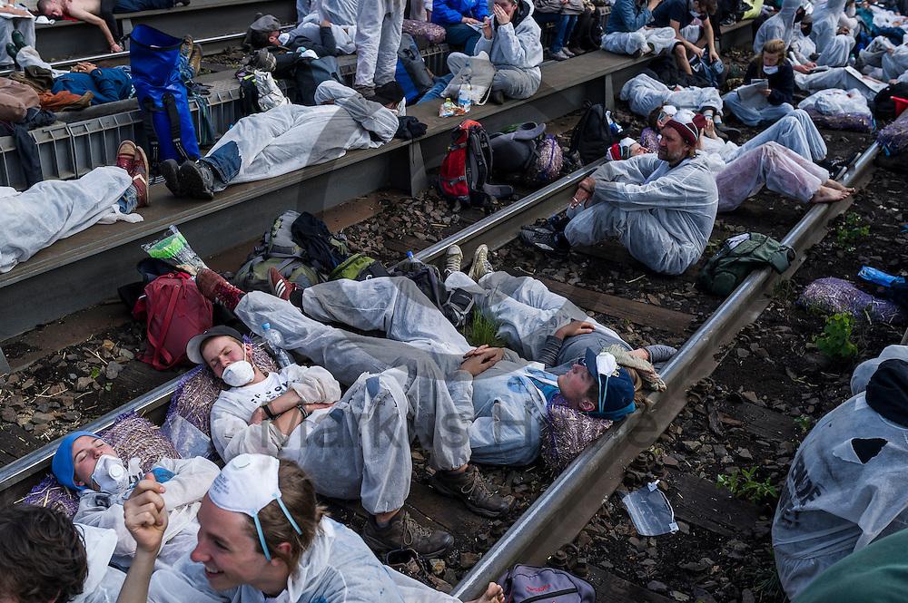 Aktivisten blockieren am 14.05.2016 in Schwarze Pumpe, Deutschland die Zufahrtsstrecke. Mehrere Tausend Aktivisten blockieren den Braunkohlentagebau und die Zufahrtswege zum Kohlekraftwerk Schwarze Pumpe um gegen die Nutzung von fossilen Brennstoffen zu protestieren. Foto: Markus Heine / heineimaging<br /> <br /> <br /> <br /> <br /> ------------------------------<br /> <br /> Ver&ouml;ffentlichung nur mit Fotografennennung, sowie gegen Honorar und Belegexemplar.<br /> <br /> Bankverbindung:<br /> IBAN: DE65660908000004437497<br /> BIC CODE: GENODE61BBB<br /> Badische Beamten Bank Karlsruhe<br /> <br /> USt-IdNr: DE291853306<br /> <br /> Please note:<br /> All rights reserved! Don't publish without copyright!<br /> <br /> Stand: 05.2016<br /> <br /> ------------------------------ am 14.05.2016 bei Spremberg, Deutschland. Mehrere Tausend Aktivisten blockieren den Braunkohlentagebau und die Zufahrtswege zum Kohlekraftwerk Schwarze Pumpe um gegen die Nutzung von fossilen Brennstoffen zu protestieren Foto: Markus Heine / heineimaging<br /> <br /> <br /> <br /> <br /> ------------------------------<br /> <br /> Ver&ouml;ffentlichung nur mit Fotografennennung, sowie gegen Honorar und Belegexemplar.<br /> <br /> Bankverbindung:<br /> IBAN: DE65660908000004437497<br /> BIC CODE: GENODE61BBB<br /> Badische Beamten Bank Karlsruhe<br /> <br /> USt-IdNr: DE291853306<br /> <br /> Please note:<br /> All rights reserved! Don't publish without copyright!<br /> <br /> Stand: 05.2016<br /> <br /> ------------------------------