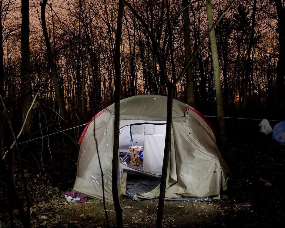"""JÈrÙme, 31 ans, 8 mois de tente..""""GÈronimo"""" comme on l'appelle, a plantÈ sa tente dans le bois lπÈtÈ dernier. Au dÈpart, il a rejoint un campement de punks et de teuffeurs.  Mais ceux-ci ont dÈsertÈ, et GÈronimo a maintenant ´ du mal ‡ trouver une communautÈ. ª Avant, il vivait sur la cÙte dπazur, avec sa petite amie et son enfant. Leur couple a mal tournÈ, il est tombÈ dans lπalcool et le shite. La suite, il lπimagine plus colorÈe, acteur ou artiste pourquoi pasä..JÈrÙme, 31, 8 month in a hut..""""GÈronimo"""", like they say, has set up his tent in the wood last summer. A the beginning, he joined a camp made of punks and people partying. But they have gone and GÈronimo has now """"difficulties to find a community."""" In another youth he used to live in the Cote d'Azur with his girlfriend and his child. The couple turned out bad, he fell into alcohol and smoking pot. He sees his future more colorful. Actor or artist why not..."""