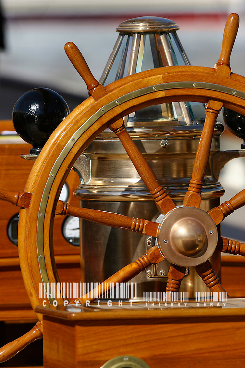Sélection AXA : Copyright : THIERRYSERAY.COM WINCH, PULLEY, DECK, TECK : THE ART OF CLASSIC YACHTS- VOILIERS CLASSIQUE : DETAILS