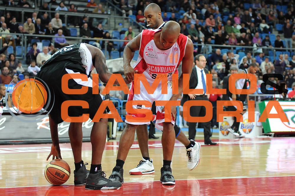 DESCRIZIONE : Pesaro Lega A 2009-10 Scavolini Spar Pesaro Pepsi Caserta<br /> GIOCATORE : Michael Hicks Ebi Ere<br /> SQUADRA : Scavolini Spar Pesaro <br /> EVENTO : Campionato Lega A 2009-2010<br /> GARA : Scavolini Spar Pesaro Pepsi Caserta<br /> DATA : 07/03/2010<br /> CATEGORIA : fair play<br /> SPORT : Pallacanestro<br /> AUTORE : Agenzia Ciamillo-Castoria/M.Marchi<br /> Galleria : Lega Basket A 2009-2010 <br /> Fotonotizia : Pesaro Campionato Italiano Lega A 2009-2010 Scavolini Spar Pesaro Pepsi Caserta<br /> Predefinita :