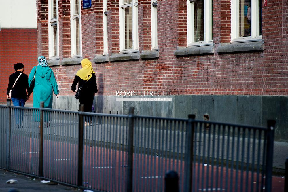 ROTTERDAM - Armoede in Rotterdam feyenoord kind . kinderen , Gemeenten moeten meer aandacht hebben voor kinderen, die opgroeien in armoede. Ze moeten meer inzetten op hulp, die direct ten goede komt aan de sociale, geestelijke en lichamelijke ontwikkeling van kinderen. Maar liefst 1 op de 9 kinderen in Nederland groeit op in armoede. Voor kinderen kan dit betekenen dat er onvoldoende geld is voor voedsel, kleding of een verwarmd huis. Lid zijn van een sportvereniging of muziekschool is geen vanzelfsprekendheid. Dit dossier geeft meer informatie over kinderen in armoede. copyright robin utrecht