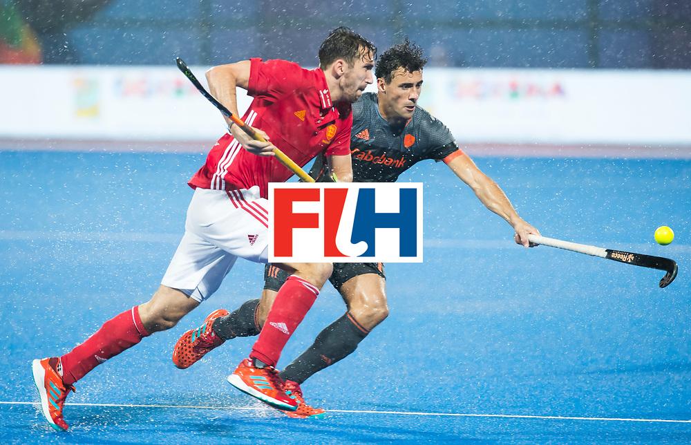 BHUBANESWAR -  Henry Weir (Eng) met Glenn Schuurman (Ned)  tijdens de Hockey World League Finals , de wedstrijd om de 7e plaats, Engeland-Nederland (0-1).   COPYRIGHT KOEN SUYK