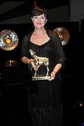 NFF - Nederlands Filmfestival - uitreiking van de Gouden Kalveren in Tivolli Utrecht.<br /> <br /> op de foto: Gouden Kalf voor Beste Actrice Televisiedrama aan Loes Schnepper