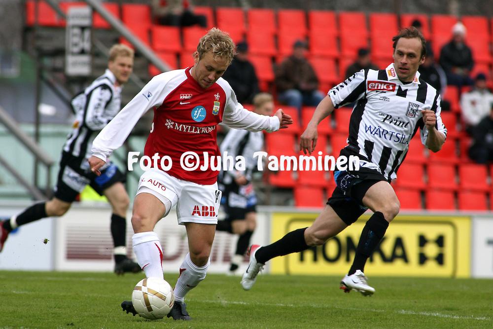 03.05.2007, Hietalahti, Vaasa, Finland..Veikkausliiga 2007 - Finnish League 2007.Vaasan Palloseura - Myllykosken Pallo-47.Eetu Muinonen (MyPa) V Tero Taipale (VPS).©Juha Tamminen.....ARK:k