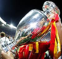 FUSSBALL EUROPAMEISTERSCHAFT 2008 Finale    Deutschland - Spanien    29.06.2008 Ruben de la Red (Spanien) praesentiert den EM Pokal nach dem 1:0 Sieg.