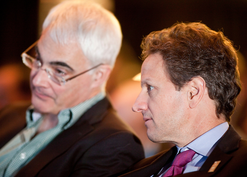 Britains Chancellor of the Exchequer, Alistair Darling, left, talks with US Treasury Secretary Timothy Geithner during a ceremony at the G7 Finance Ministers meeting in Iqaluit, Canada, February 5, 2010.<br /> AFP/GEOFF ROBINS/STR