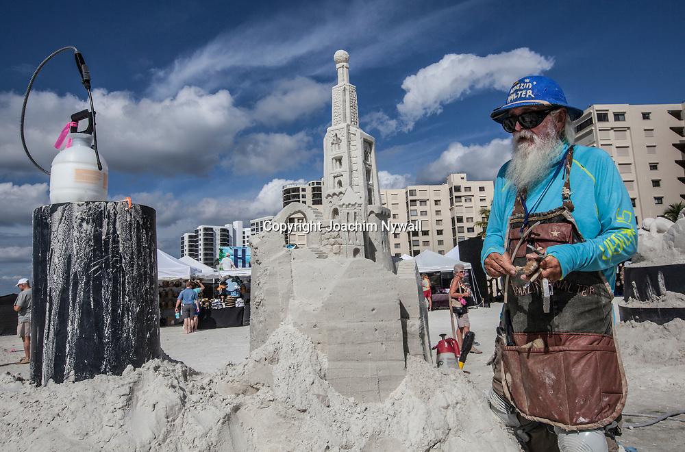 20151120 Fort Myers Beach <br /> Florida USA<br /> Amerikanska m&auml;sterskapen i Sandskulpturer<br /> Amazon Walter fr&aring;n Texas<br /> <br /> FOTO : JOACHIM NYWALL KOD 0708840825_1<br /> COPYRIGHT JOACHIM NYWALL<br /> <br /> ***BETALBILD***<br /> Redovisas till <br /> NYWALL MEDIA AB<br /> Strandgatan 30<br /> 461 31 Trollh&auml;ttan<br /> Prislista enl BLF , om inget annat avtalas.