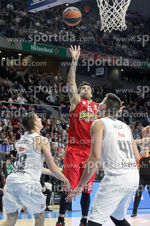 28.01.2016, Palacio de los Deportes, Madrid, ESP, FIBA, EL, Real Madrid vs Olympiacos PiraeusPlayoff, 5. Spiel, im Bild Real Madrid's Jaycee Carroll (l) and Willy Hernangomez (r) and Olympimpiacos Piraeus' Georgios Printezis // during the 5th Playoff match of the Turkish Airlines Basketball Euroleague between Real Madrid and Olympiacos Piraeus at the Palacio de los Deportes in Madrid, Spain on 2016/01/28. EXPA Pictures © 2016, PhotoCredit: EXPA/ Alterphotos/ Acero<br /> <br /> *****ATTENTION - OUT of ESP, SUI*****