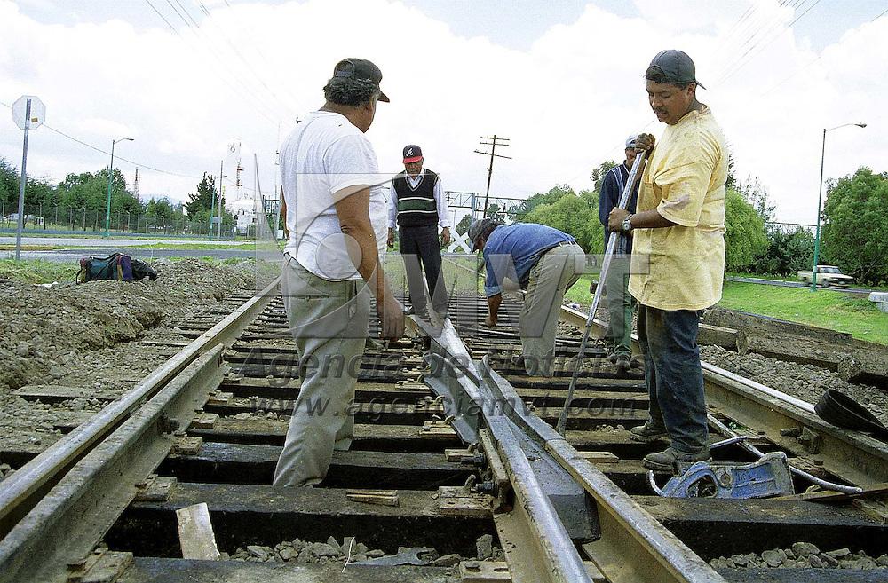 Toluca, Méx.- Trabajadores ferroviarios realizan labores de mantenimiento en la zona industrial de esta ciudad. Agencia MVT/ Mario B. Arciniega