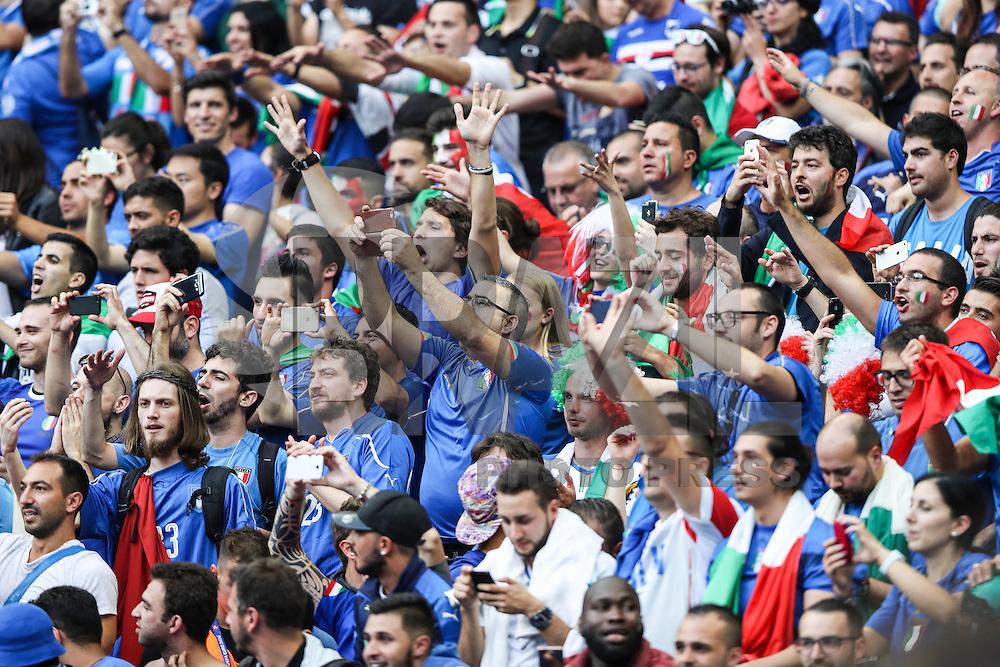 SAINT-DENIS, FRANÇA, 27.06.2016 - ITALIA-ESPANHA -  Torcedores da Itália durante partida contra a Espanha em partida das oitavas de final da Eurocopa 2016 no Stade de France, em Saint-Denis, ao norte de Paris, França. A Itália venceu por 2 a 0 e enfrenta a Alemanha nas quartas de final do torneio. (Foto: Bruno Fonseca/Brazil Photo Press)