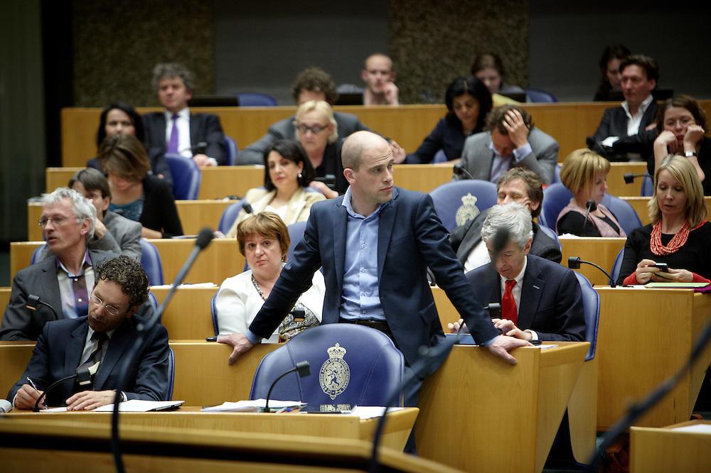 Nederland. Den Haag, 26 april 2012. <br /> Debat over gesloten akkoord.<br /> VVD, CDA, D66, GroenLinks en ChristenUnie zijn met het kabinet een principe-akkoord overeengekomen over de begroting van volgend jaar.<br /> Men is als Tweede Kamer uit de impasse gekomen om voor mei een begroting voor 2013 op te stellen na de val van het kabinet Rutte van VVD, CDA en met gedoogsteun van de PVV van Geert Wilders. Crisisakkoord na mislukken ook van Catshuisberaad. 3% Financieringstekort.<br /> Het kabinet en de regeringspartijen VVD en CDA hebben in twee politiek gezien krankzinnige dagen met de oppositiepartijen D66, GroenLinks en de ChristenUnie een akkoord gesloten over bezuinigingen en hervormingen in 2013. Minister Jan Kees de Jager van Financi&euml;n koppelde als verkenner de vijf partijen aan elkaar en kreeg in nog geen 30 uur voor elkaar waar VVD en CDA met gedoogpartij PVV in 7 weken overleg in het Catshuis niet in waren geslaagd. Politiek, kabinet Rutte, kabinetscrisis, Catshuisonderhandelingen, Tweede Kamer, <br /> Foto : Martijn Beekman