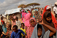 Refugees in Hagadera camp in Dadaab, Kenya listen as an information officer notifies them that they will soon be relocated. Internews reports that 60 percent of new arrivals need more information about shelter.