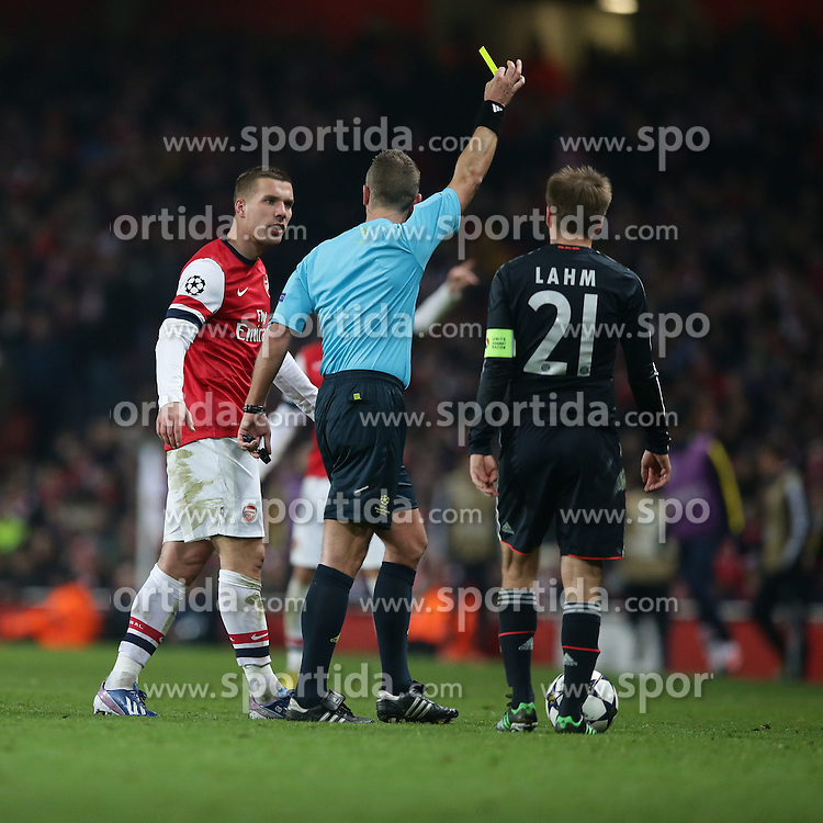 19.02.2013, Emirates Stadion, London, ENG, UEFA Champions League, FC Arsenal vs FC Bayern Muenchen, Achtelfinale Hinspiel, im Bild, Lukas PODOLSKI (FC Arsenal London - 9) erhaellt die gelbe Karte von Schiedsrichter Svein Oddvar MOEN (Norwegen) // during the UEFA Champions League last sixteen first leg match between Arsenal FC and FC Bayern Munich at the Emirates Stadium, London, Great Britain on 2013/02/19. EXPA Pictures © 2013, PhotoCredit: EXPA/ Eibner/ Gerry Schmit..***** ATTENTION - OUT OF GER *****