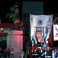 Toluca, Mex.- Alberto Curi Naime, secretario de Educación del Estado de México, en representación del mandatario estatal presidio la ceremonia del encendido del fuego del bicentenario que estará al pie del monumento a Morelos. Agencia MVT / José Hernández. (DIGITAL)<br /> <br /> NO ARCHIVAR - NO ARCHIVE