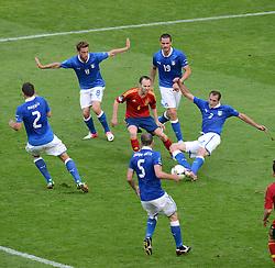 FUSSBALL  EUROPAMEISTERSCHAFT 2012   VORRUNDE Spanien - Italien            10.06.2012 Andres Iniesta (Mitte, Spanien) hat es schwer gegen die Italiener Christian Maggio (2) Claudio Marchisio (8) Thiago Motta (05) Leonardo Bonucci  (19) und Giorgio Chiellini (3)