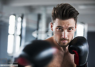 Mann beim Boxtraining (model-released)
