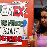 Toluca, Mex.- Desplegados de la ciudadanía en contra de la privatización de Petróleos Mexicanos (PEMEX), ante la controversia de la reforma energética y la necesaria modernización de la paraestatal. Agencia MVT / Rummenige Velasco. (DIGITAL)<br /> <br /> <br /> <br /> NO ARCHIVAR - NO ARCHIVE
