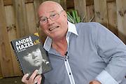 Boekpresentatie Andre Hazes en ik, de biografie over Andre Hazes door oud-manager en -bodyguard Jos van Zoelen in Andrés vroegere stamkroeg De Plashoeve - Vinkeveen.<br /> <br /> Op de foto:  Jos van Zoelen met zijn boek