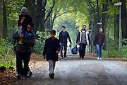 Nederland, the Netherlands, Nijmegen, 21-10-2015Vluchtelingen keren terug op kamp, tentenkamp Heumensoord, de tijdelijke noodopvang, azc, van het COA, nadat zij in de stad zijn geweest.FOTO: FLIP FRANSSEN