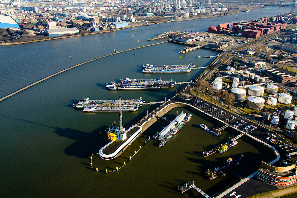 Nederland, Zuid-Holland, Rotterdam, 18-02-2015. Botlek, Geulhaven met Verkeerscentrale Rotterdam. Binnenvaarttankers liggen voor anker. LBC tank terminals.<br /> Main harbor traffic station, moored inland tankers and oil terminals.<br /> luchtfoto (toeslag op standard tarieven);<br /> aerial photo (additional fee required);<br /> copyright foto/photo Siebe Swart