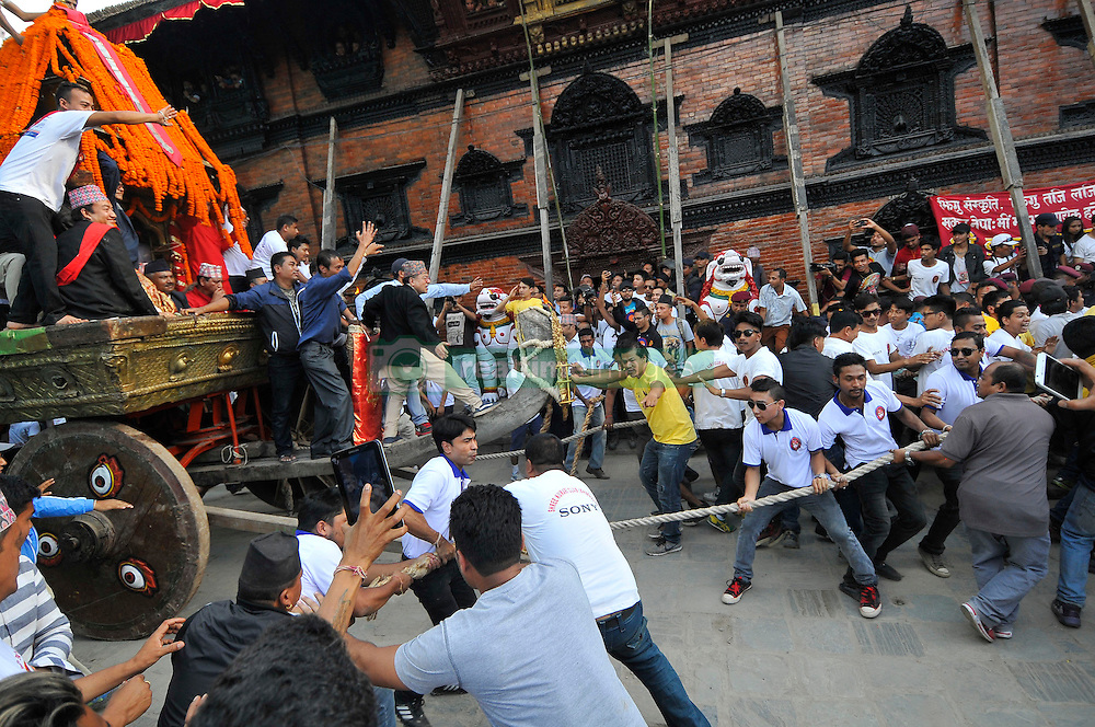 September 15, 2016 - Kathmandu, Nepal - Devotees pulling the chariot of Living Goddess of Nepal 'Kumari' on the third day of Indra Jatra Festival celebrated at Basantapur Durbar Square, Kathmandu. Devotees celebrated the god of rain 'Indra' for 8 days in Kathmandu. (Credit Image: © Narayan Maharjan/Pacific Press via ZUMA Wire)