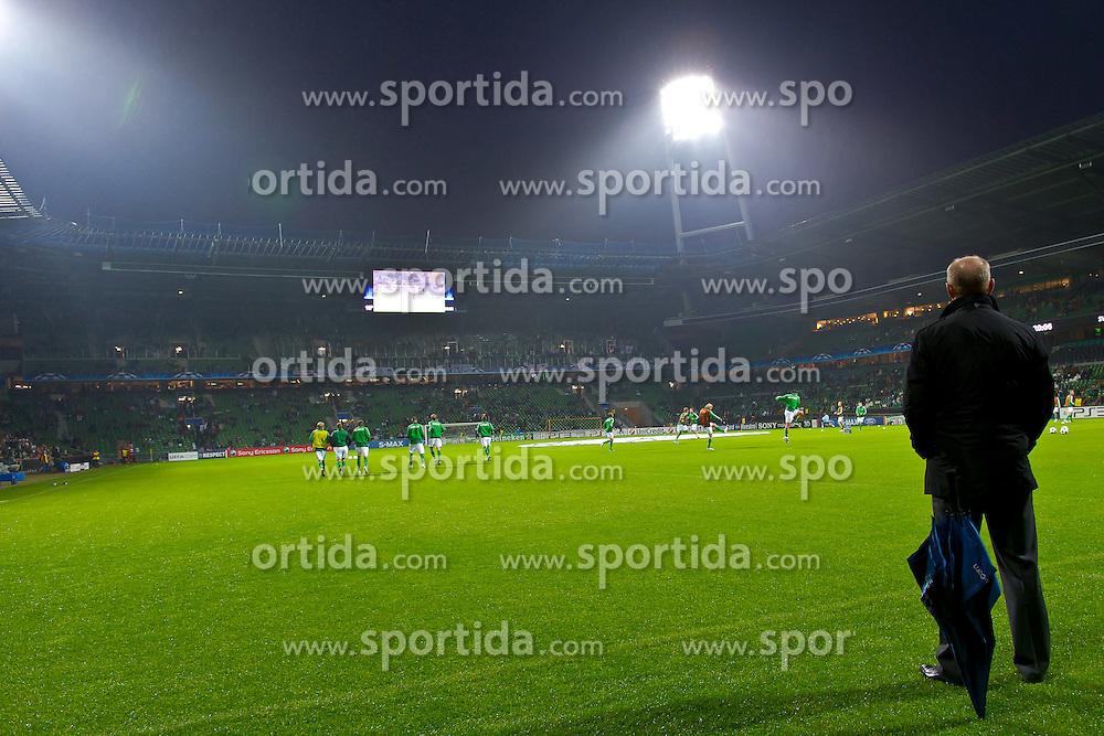 14.09.2010, Weserstadion, Bremen, GER, UEFA CL Gruppe A, Werder Bremen (GER) vs Tottenham Hotspur (UK), im Bild Thomas Schaaf ( Werder  - Trainer  COACH) Feature - mit Blick auf die Westkurve  EXPA Pictures © 2010, PhotoCredit: EXPA/ nph/  Kokenge+++++ ATTENTION - OUT OF GER +++++ / SPORTIDA PHOTO AGENCY