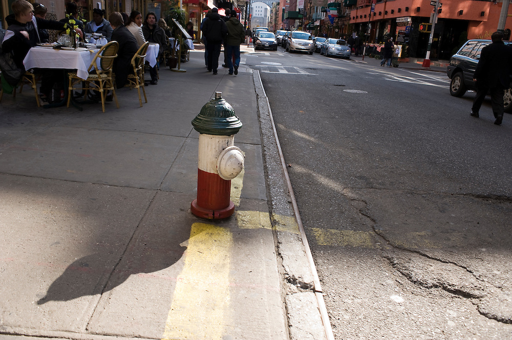 Little Italy Manhattan New York Mullberry Street Hydrant in den Farben Italiens..According to the last US census there are no first generation Italians living in Little Italy anymore. Still for New Yorkers this is as authentic as Italy gets. ..