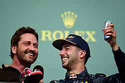 Formel 1: Grosser Preis der USA in Austin, Renntag / 231016<br /> <br /> ***(L to R): Gerard Butler (GBR) Actor on the podium with Daniel Ricciardo (AUS) Red Bull Racing.<br /> 23.10.2016. Formula 1 World Championship, Rd 18, United States Grand Prix, Austin, Texas, USA, Race Day.<br /> ***