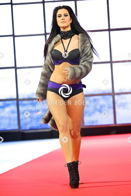 AMSTERDAM - Sapph Lingerie gaf een modeshow voorafgaand aan de schaatsshow van Holiday On Ice. Met op de foto de lingerie model Melissa Sneekes. FOTO LEVIN DEN BOER - PERSFOTO.NU