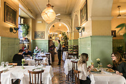 Milan, GIACOMO, il ristorante . Giacomo Bistrot offers non-stop service 7 days a week from noon to midnight. The mood of the décor that distinguishes the three rooms interconnected by arches, pairs the retro atmosphere of classic French bistrots and touches with a typically masculine, Anglophile flavour, such as the gentleman's club-style bookcases with serried ranks of Morocco leather-bound gold-stamped books. Architects Laura Sartori Rimini and Roberto Peregalli wanted to evoke the essential elements of a certain kind of décor from north of the Alps in such a way that they seem to have always been here. In reality, everything from distribution of the space to the smallest detail of the décor was created from nothing by the designer duo The Bistrot shows itself at its very best in the evening, when the subdued lighting gives it a cosy but sophisticated nocturnal charm that invites intimacy.