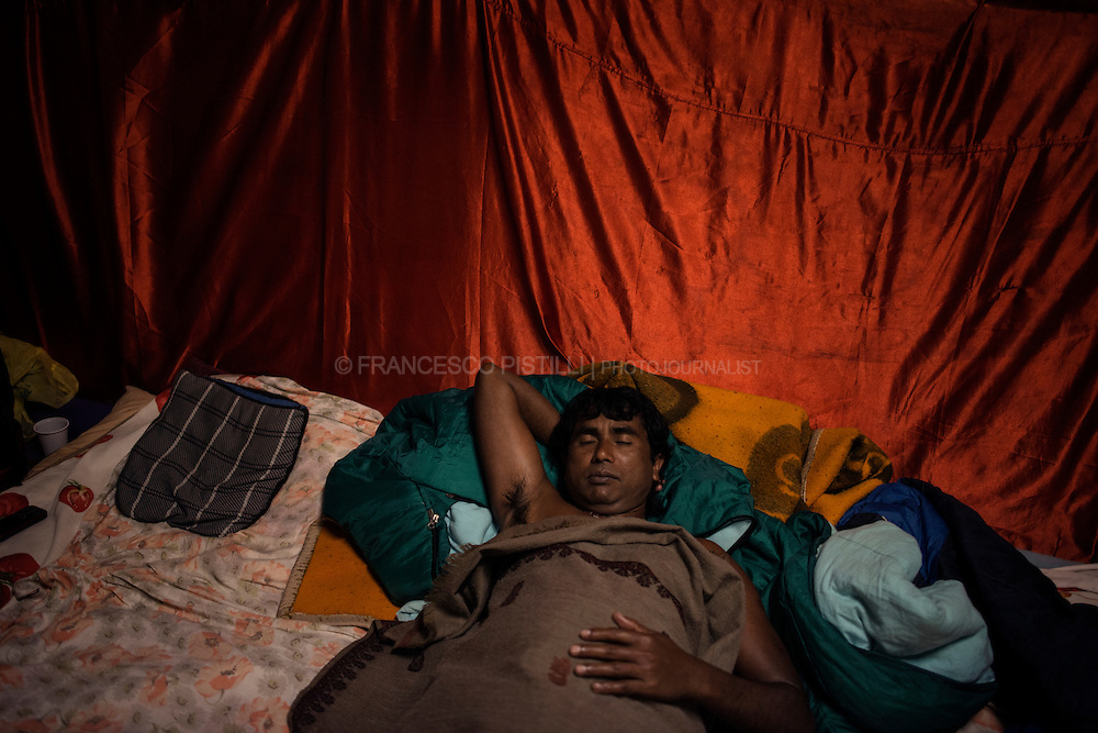 Ajit taking a rest at Kalimandir. He is an artist from Jarkhand (India), he is a performer of Milon Mela, an important theatre-dance crew.<br />