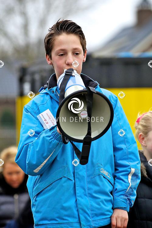 AMMERZODEN - Op de basisschool De Schakel werd een actie gehouden om binnen 1 minuut zoveel mogelijk herrie te maken voor het Lilianefonds. Ze zijn gesponsord door de Postcodeloterij. Met op de foto Wouter Goesten de initiatiefnemer. FOTO LEVIN DEN BOER - PERSFOTO.NU