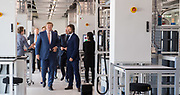 Koning Willem-Alexander tijdens de opening van het Microsoft Quantum Lab Delft op de campus van TU Delft. In het lab wordt gebouwd aan een quantumcomputer gebaseerd op zogenoemde majorana-deeltjes.v<br /> <br /> King Willem-Alexander at the opening of the Microsoft Quantum Lab Delft on the campus of TU Delft. The lab is being built on a quantum computer based on so-called majorana particles.