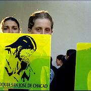 Plaza Bolivar de Chacao, jovenes que apoyan a la Parroquia San José de Chacao durante las misas cuando las personas comulgan. Caracas 15 de marzo del 2005.