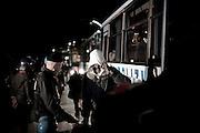 ROSARNO. REGGIO CALABRIA. UN IMMIGRATO SCORTATO DALLA POLIZIA SALE A BORDO DI UN AUTOBUS DOPO AVER LASCIATO LA BARRACOPOLI