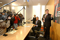 """10 DEC 2002, BERLIN/GERMANY:<br /> Michel Friedmann (L), Stellv. Vors. d. Zentralrats der Juden in Deutschland, Sigmar Gabriel (R), SPD, Ministerpraesident Niedersachsen, Kamerateams und Fotografen, vor der Vorstellung von Gabriels Buch """"Mehr Politik wagen"""", Haus der Bundespressekonferenz<br /> IMAGE: 20021210-01-001<br /> KEYWORDS: Buchvorstellung, Ministerpräsident, Präsentation, Praesentation, book"""