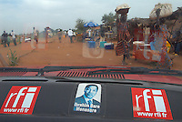 Niger. Niamey. Taxi avec auto collant de la radio française RFI (Radio France International). // Niger. Niamey. Taxi with stickers of French radio RFI (International Radio France).