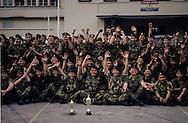 Hong Kong. Royal   regiment -  (volunteers)      / Dans la caserne du - Royal  volunteers régiment -  avant sa destruction. remise de médailles aux patrouilles les plus méritantes.  / R00057/74    L940319a  /  P0000275