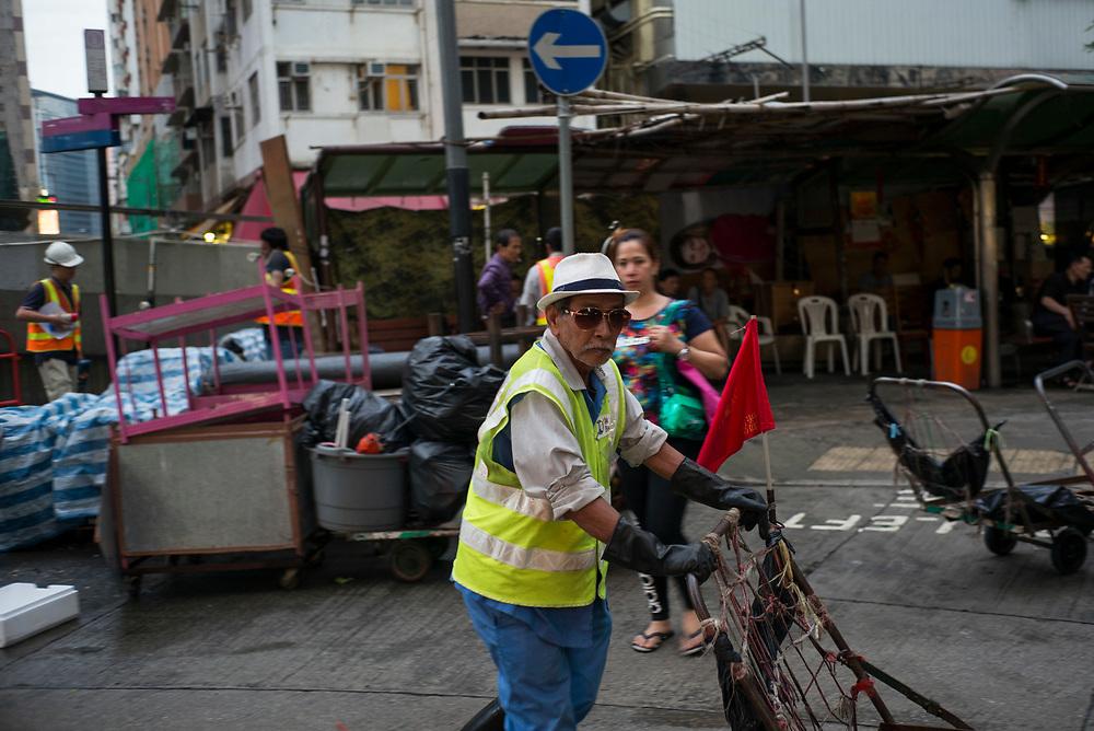 Hong Kong | 04.05.2017: Hong Kong <br /> <br /> hier:  Ein &auml;lterer Mann der mit einer Karre allerhand Dinge transportiert<br />  <br /> Sascha Rheker<br /> 20170504<br /> <br /> [Inhaltsveraendernde Manipulation des Fotos nur nach ausdruecklicher Genehmigung des Fotografen. Vereinbarungen ueber Abtretung von Persoenlichkeitsrechten/Model Release der abgebildeten Person/Personen liegt/liegen nicht vor.]