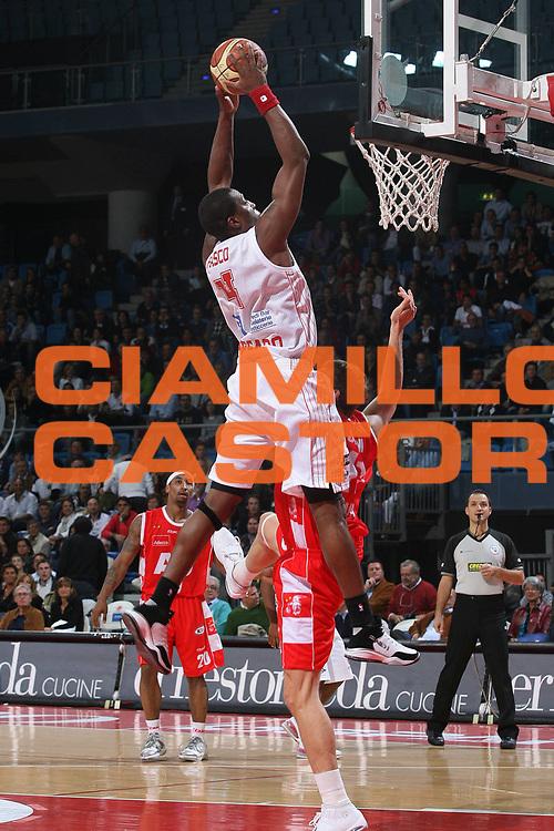 DESCRIZIONE : Pesaro Lega A1 2007-08 Scavolini Spar Pesaro Armani Jeans Milano <br /> GIOCATORE : Pervis Pasco<br /> SQUADRA : Scavolini Spar Pesaro <br /> EVENTO : Campionato Lega A1 2007-2008 <br /> GARA : Scavolini Spar Pesaro Armani Jeans Milano <br /> DATA : 14/10/2007 <br /> CATEGORIA : Schiacciata<br /> SPORT : Pallacanestro <br /> AUTORE : Agenzia Ciamillo-Castoria/M.Marchi