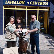 Cheque overhandiging IJssalon 't centrum aan de kinderboerderij
