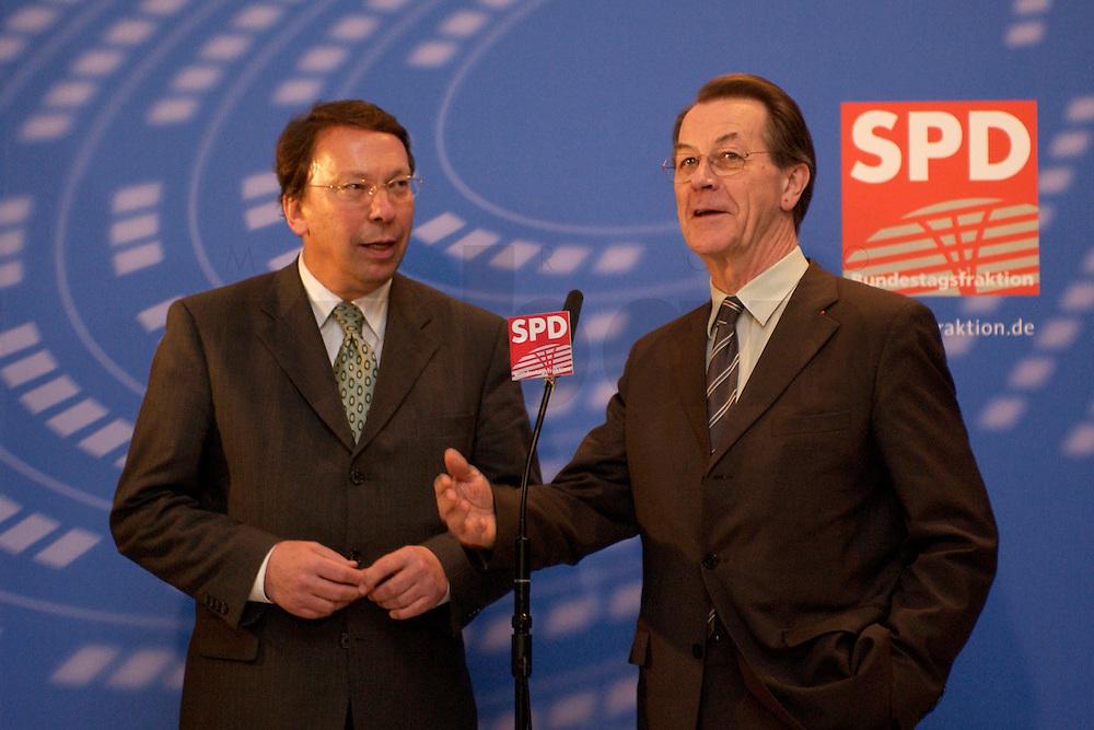 10 FEB 2004, BERLIN/GERMANY:<br /> Klaus Uwe Benneter (L), desig. SPD Generalsekretaer, und Franz Muentefering (R), SPD Fraktionsvorsitzender und desig. SPD Parteivorsitzender, geben ein Pressestatement vor Beginn der SPD Fraktionssitzung, Deutscher Bundestag<br /> IMAGE: 20040210-02-003<br /> KEYWORDS: Franz M&uuml;ntefering