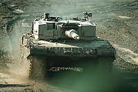 09 OCT 1995, MUNSTER/GERMANY:<br /> Kampfpanzer LEOPARD 2 der Bundeswehr, während einer Lehrvorführung der Panzertruppenschule Munster<br /> Tank LEOPARD 2 of the German Federal Armed Forces, during a trainig performance<br /> IMAGE: 19951009-01/05-11<br />  <br />  <br />  <br /> KEYWORDS: Streikräfte, army, Waffen, wappon, Panzer