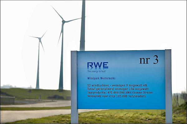 Nederland, Eemshaven, 15-4-2015Windmolens in het havengebied. Naast een windmolenpark is hier ook industrie gerelateerd aan windenergie.FOTO: FLIP FRANSSEN/ HOLLANDSE HOOGTE