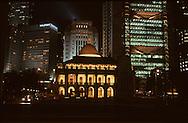Hong Kong. parliament (LEGCO) at night in Central;    / le parlement illuminé, la nuit (Legco) ,(architecture coloniale). dans Central , le quartier des affaires  / L940323d  / R00224/205