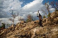Sten. Philip Lugar hugger sten, som han kan sælge til byggeri. På en dags arbejde kan han knuse sten nok til at tjene 4-5 dollar