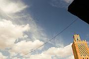 198 / Voegel fliegen im Himmel von Marrakesch: AFRIKA, MAR, MAROKKO, MARRAKESH, MARRAKESCH, 26.09.2010:   Voegel fliegen im Himmel von Marrakesch. Marrakesch liegt am Fuße des Hohen Atlas und zaehlt neben Meknes, Fes und Rabat zu den Koenigsstaedten Marokkos. - Marco del Pra / imagetrust - Stichworte: Afrika, Altstadt, architektur, Atlas, Hohe Atlas, Islam, Koenig, Koenigreich, Koenigsstadt, Koenigsstaedten Marokkos, MAR, Marokko, Marrakesch, Marrakesh, medina, Minarett, Model Release:No, mohammed VI, Moschee, Muslim, muslimisch, mystisch, Orient, Platz orientalisch, Property Release:No, Religion, Schwart, Stichwort, Sultan, Sultane, weiss, Voegel, Vogel, Vogelschaar,