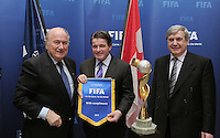 Fussball International  FIFA  WOMEN WC 2015     15.02.2011 Bid Presentation Canadian Soccer Assciation  FIFA Praesident Joseph S. Blatter (li) mit Gary Lunn (Mitte, Minister of Sport) und Dominique Maestracci (re, Praesident CSA)